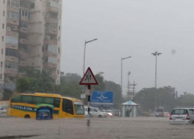 दिल्ली-गुड़गांव में भारी बारिश से लगा कई किलोमीटर लम्बा जाम