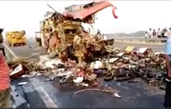 आगरा-लखनऊ एक्सप्रेस-वे पर खड़े ट्रक से टकराई बस; 7 की मौत