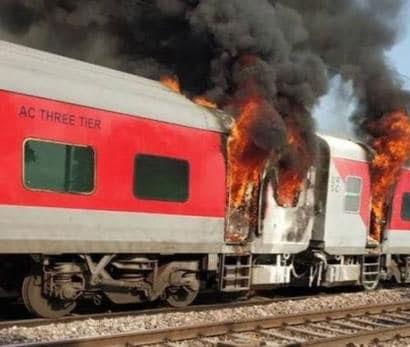 दिल्ली आ रही तेलंगाना एक्सप्रेस में लगी भीषण आग